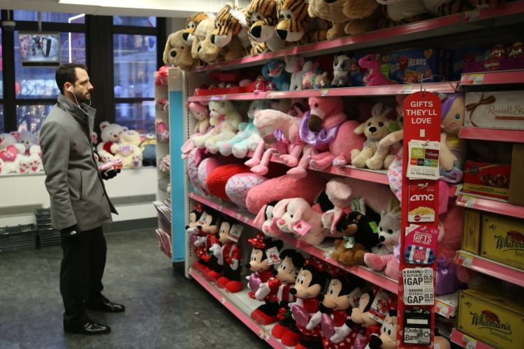 A customer buys a teddy bear ahead of Valentine's Day at a super market in New York, United States on February 13, 2018. (Photo by Mohammed Elshamy/Anadolu Agency/Getty Images)
