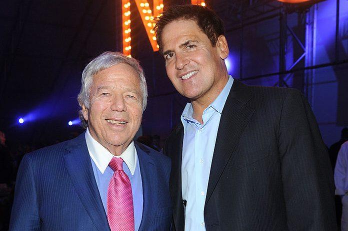Robert Kraft and Mark Cuban attend the DirecTV Super Saturday Night in 2014. (Jamie McCarthy/Getty for DirecTV)