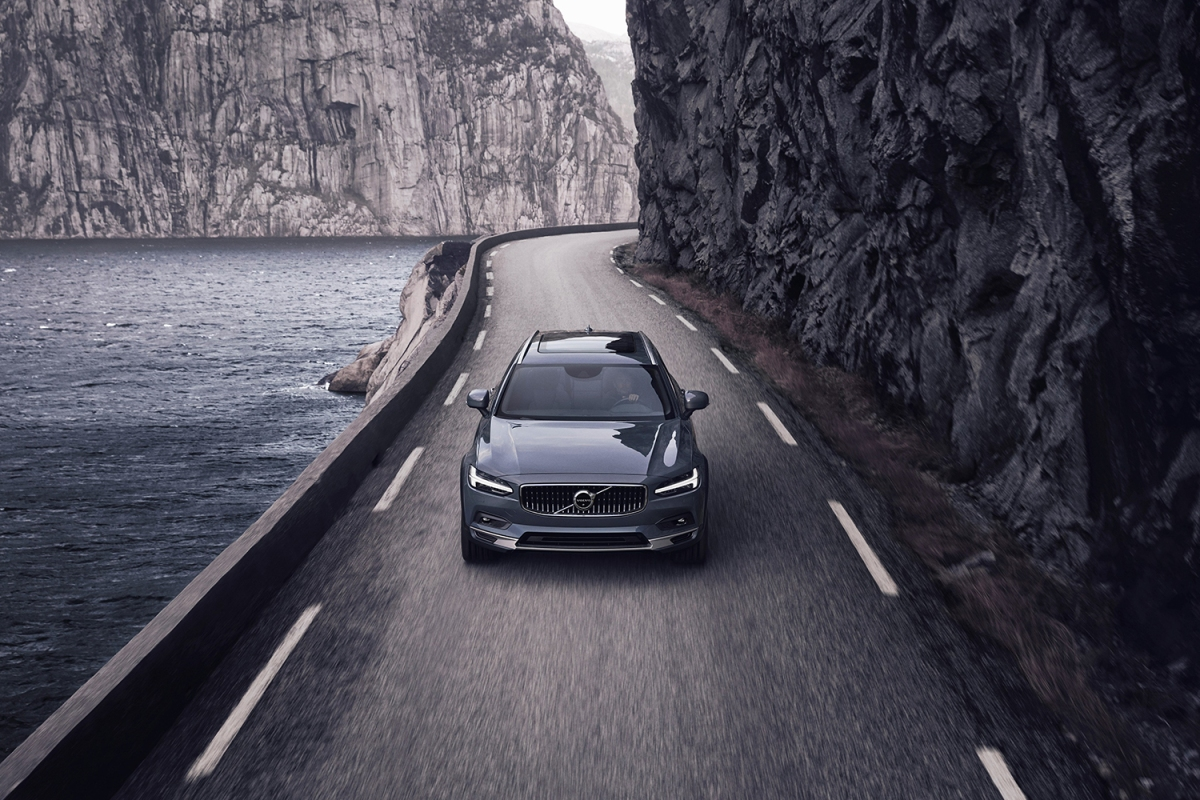 Volvo V90 B6 AWD Cross Country in Thunder Grey