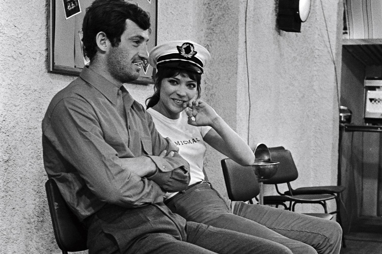 Jean Paul Belmondo shooting Pierrot le Fou