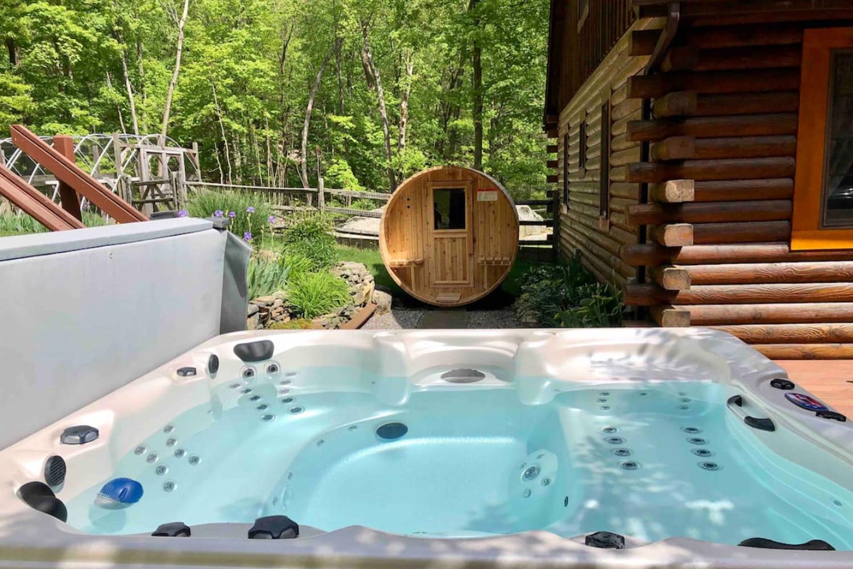 Log Cabin with All-Seasons Hot Tub and Sauna