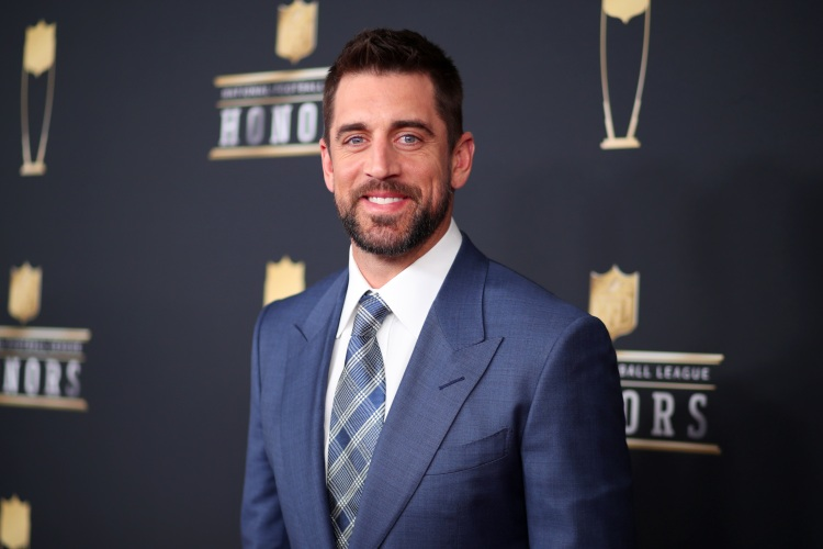 aaron rodgers in a suit at nfl honors in 2018