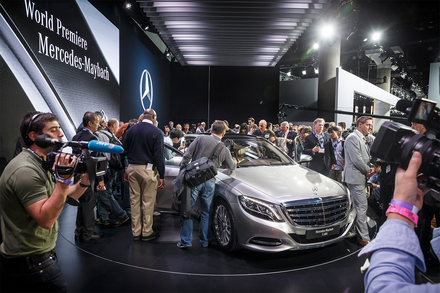 Press swarm the Mercedes-Maybach S 600 at the Los Angeles Auto Show in 2014