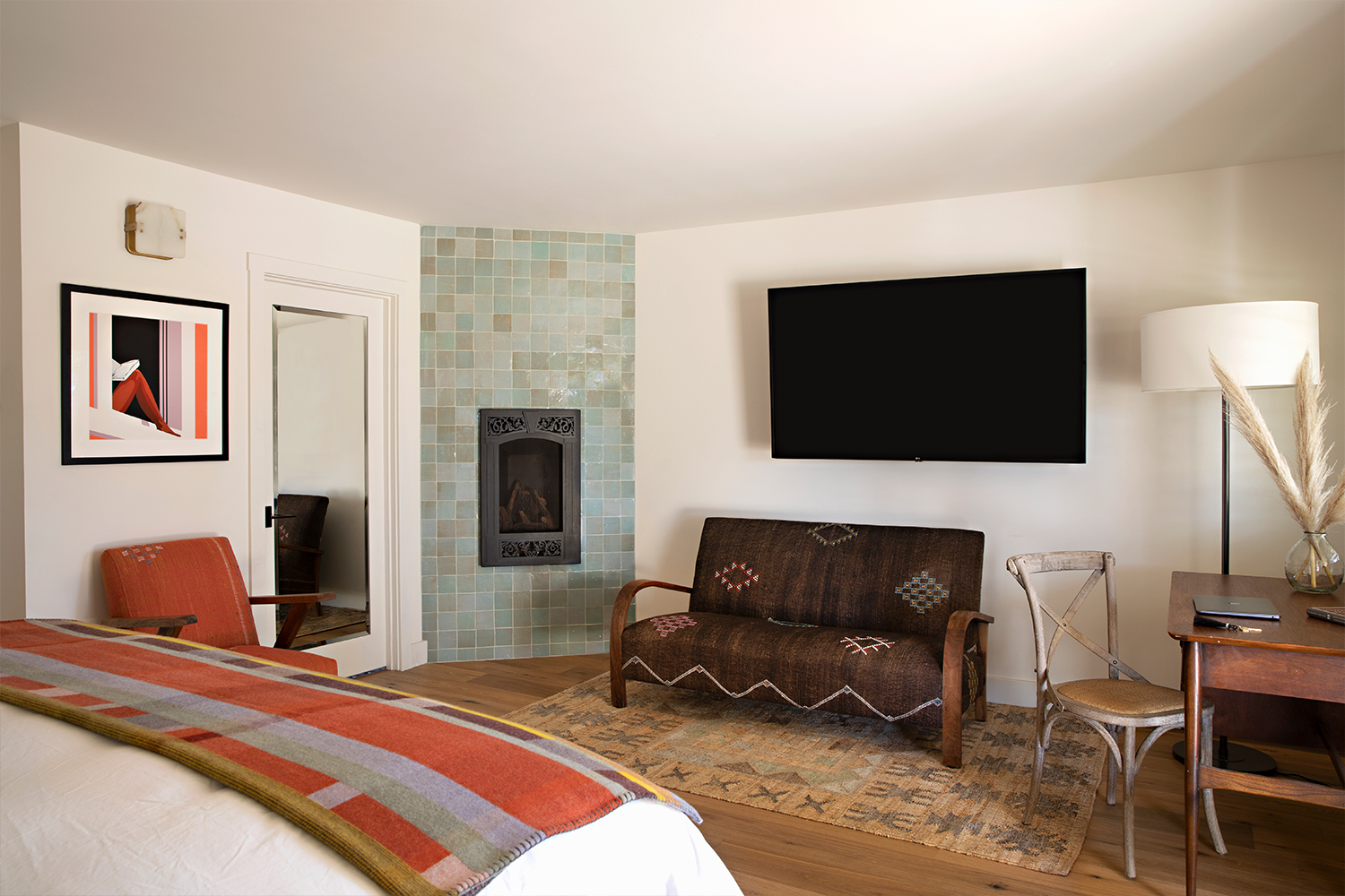 A deluxe room with a fireplace