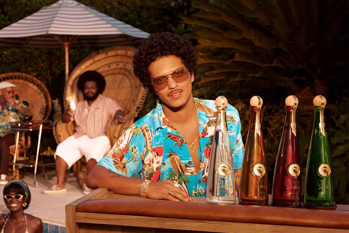 Bruno Mars at a bar with the four expressions of SelvaRey, the rum he co-owns