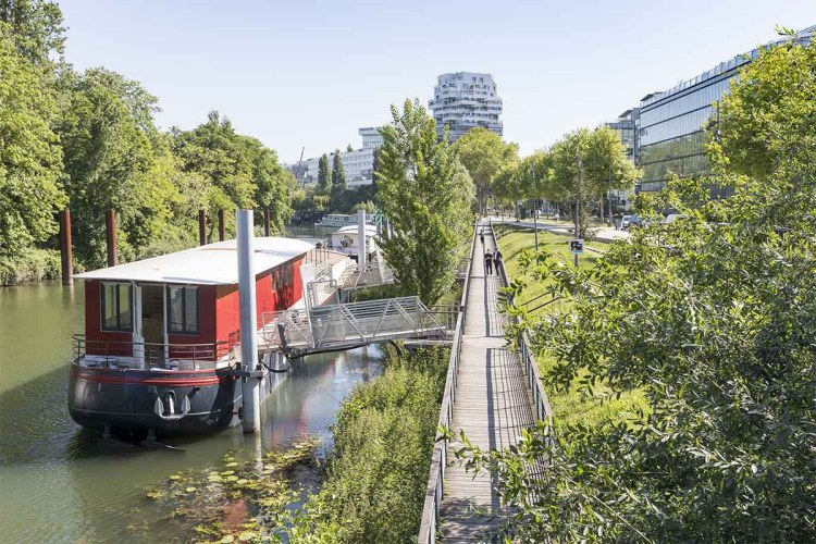 """Located on the banks of the Seine, Barge 166 will be used to study """"dynamic aging"""" on spirits"""